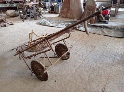 Brancard monté sur chariot et de pièces orthopédiques.
