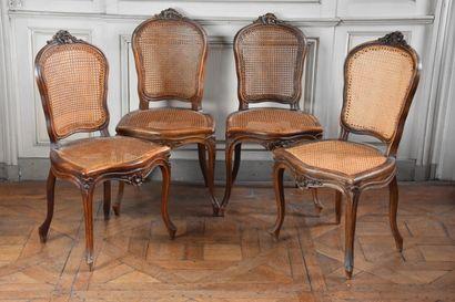 Suite de sept chaises cannées en bois naturel...