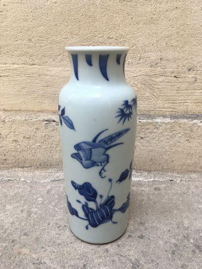 Chine, XIXe  Petit vase à décor bleu blanc...