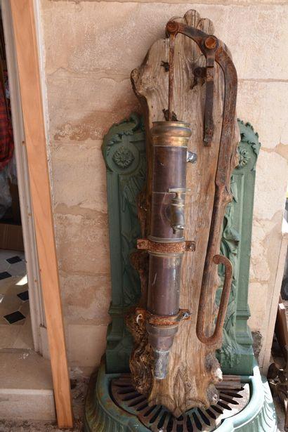 Pompe à main en cuivre et laiton XXe siècle...