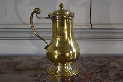 Aiguière en bronze doré, XVIIIe siècle  Reposant...