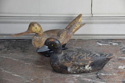 Deux leurres de chasse à décor de canard,...