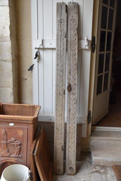 Paire de traverses d'armoire en bois mouluré, sculpté et laqué, XVIIIe siècle  L....
