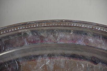 Grand plat en métal argenté  A décor d'une frise de raie de coeurs