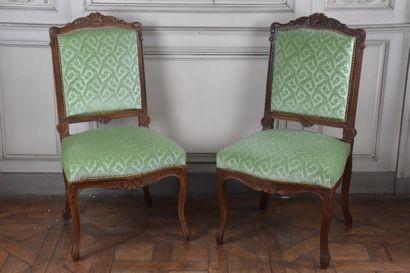 Paire de chaises en bois naturel mouluré...