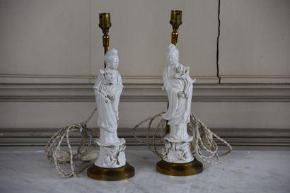 Deux statuettes de guanyin en porcelaine...
