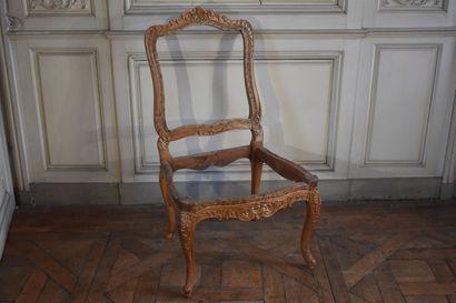 Chaise en bois naturel mouluré et sculpté...