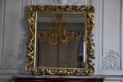 Glace en bois mouluré, sculpté et doré, Italie...
