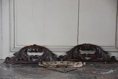 Lot de quatre éléments de décor en bois sculpté,...