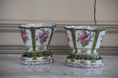 Paire de vases en porcelaine polychrome,...