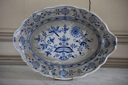 Plat de service en porcelaine de Meissen,...