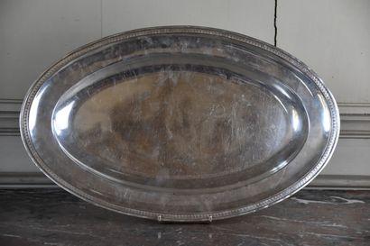 Grand plat en métal argenté  A décor d'une...