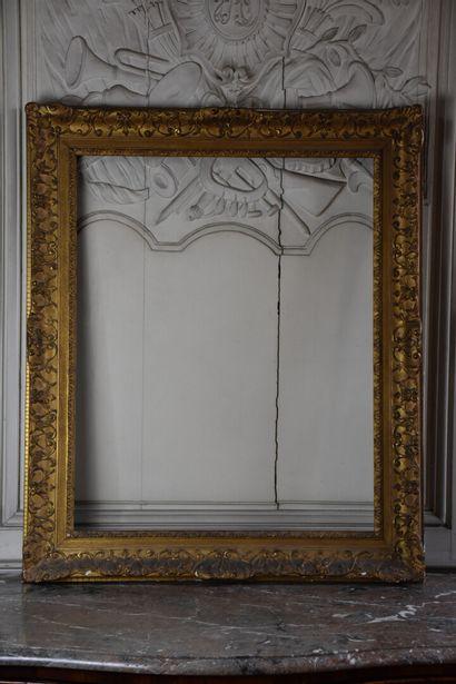 Cadre en bois et stuc doré de style Régence...