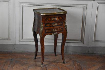 Petite table de toilette en bois de placage de style Louis XV, XIXe siècle  Ouvrant...