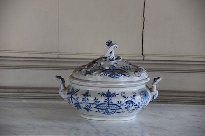 Bouillon couvert en porcelaine de Meissen,...
