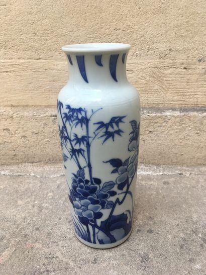Chine, XIXe  Petit vase à décor bleu blanc  H.20,5 cm