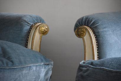 Paire de larges bergères en bois mouluré, sculpté et laqué de style Louis XVI  Reposant...