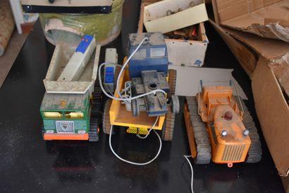 Lot de jouets en plastique avec télécommandes,...