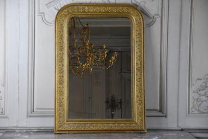 Glace en stuc doré, XXe siècle  A décor d'une...
