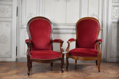 Deux fauteuils Voltaire en noyé mouluré,...