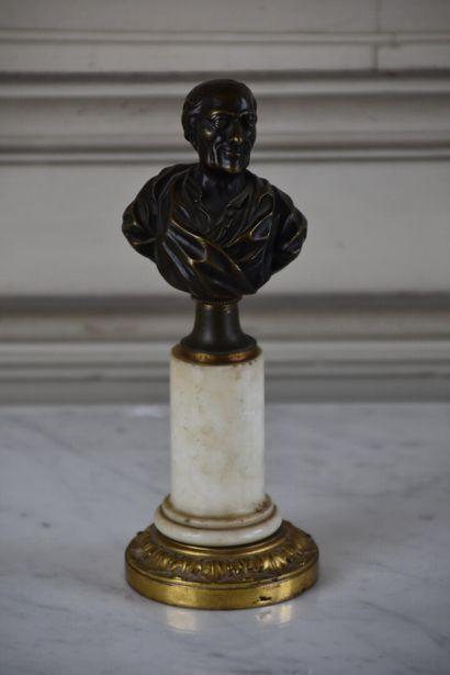 Buste en bronze représentant Voltaire  Reposant...