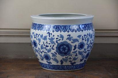 Grand pot en porcelaine de la Chine, XXe siècle  A décor en camaïeu bleu de fleurs...