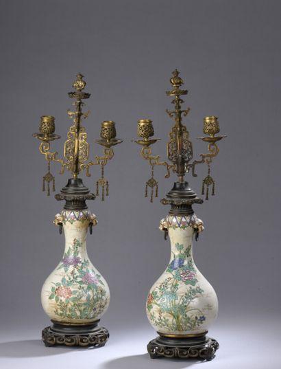 CHINE, XIXe siècle : PAIRE DE VASES en porcelaine