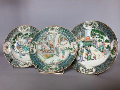 CHINE (Canton) - XIXe siècle : TROIS ASSIETTES en porcelaine