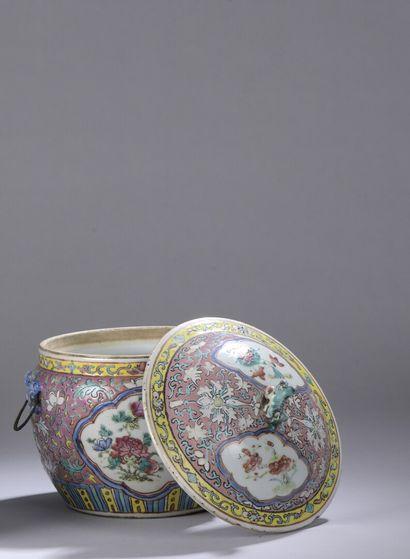 CHINE, XIXe siècle : POT COUVERT en porcelaine