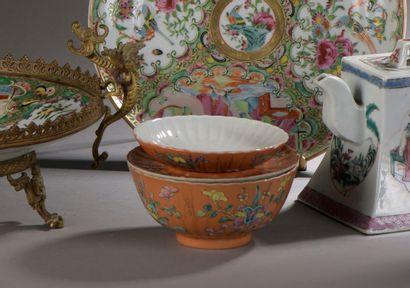 CHINE - XIXe siècle : BOL, COUPELLE ET SUPPORT en porcelaine