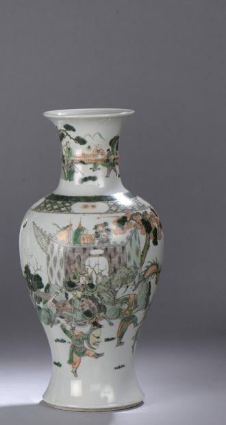CHINE - Vers 1900 : VASE DE FORME BALUSTRE en porcelaine