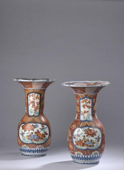 JAPON, XIXe siècle : Deux vases balustres en porcelaine