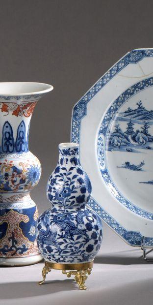 CHINE -XIXe siècle : VASE GOURDE en porcelaine