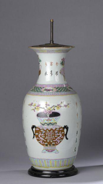 CHINE - XIXe siècle : GRAND VASE BALUSTRE en porcelaine