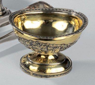 SALIÈRE en argent doré reposant sur un piédouche...