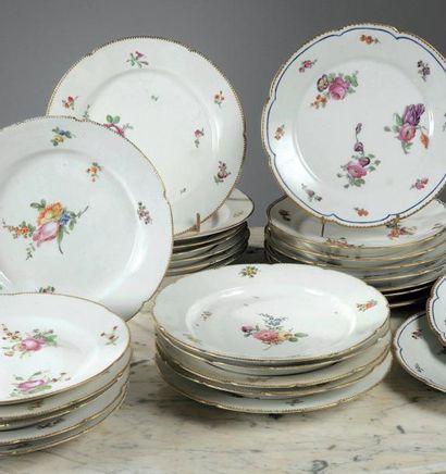 IMPORTANTE PARTIE DE SERVICE en porcelaine...