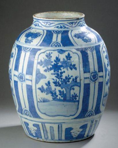 Grande jarre en porcelaine bleu blanc. Chine,...