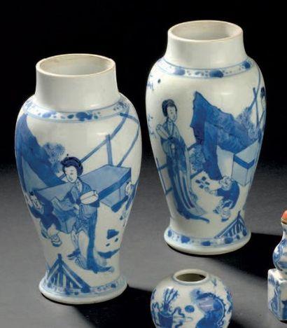 Paire de petits vases en porcelaine bleu...