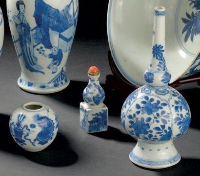 Ensemble de cinq pièces en porcelaine bleu...