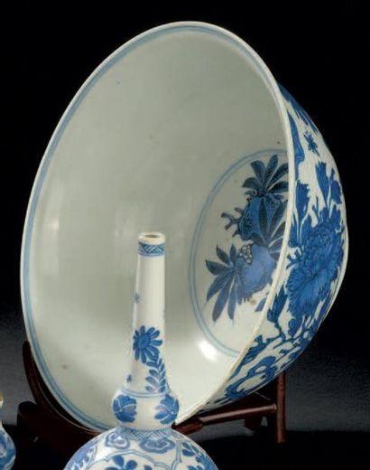 Bol en porcelaine bleu blanc Chine, dynastie...