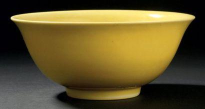 Bol en porcelaine monochrome jaune. Chine,...