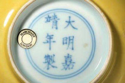 Bol en porcelaine monochrome jaune. Chine, dynastie Ming, marque et époque Jiajing...