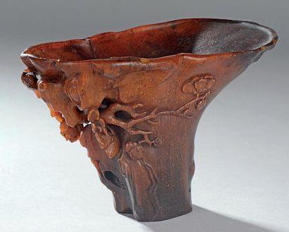 Coupe libatoire en corne de rhinocéros sculptée en forme de tronc évasé, l'arrière...