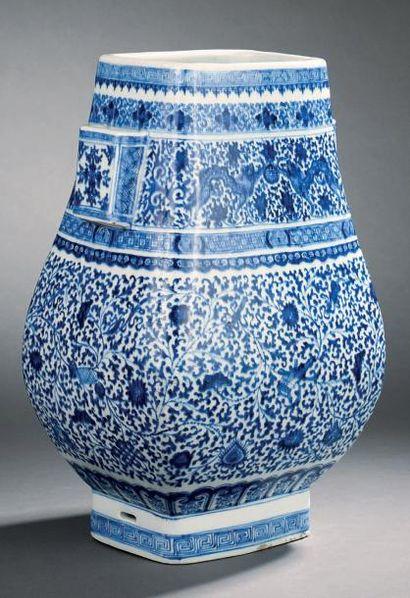 Vase en porcelaine bleu blanc, de forme quadrangulaire...