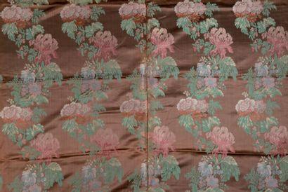 Lampas de style Louis XV, guirlandes de fleurs...