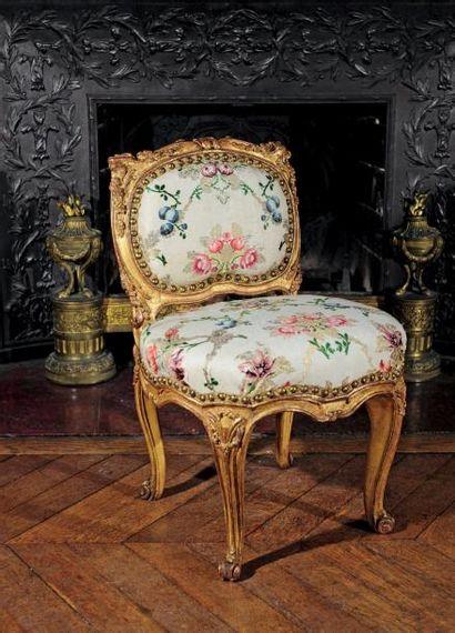 Chaise en bois mouluré, sculpté et doré à...
