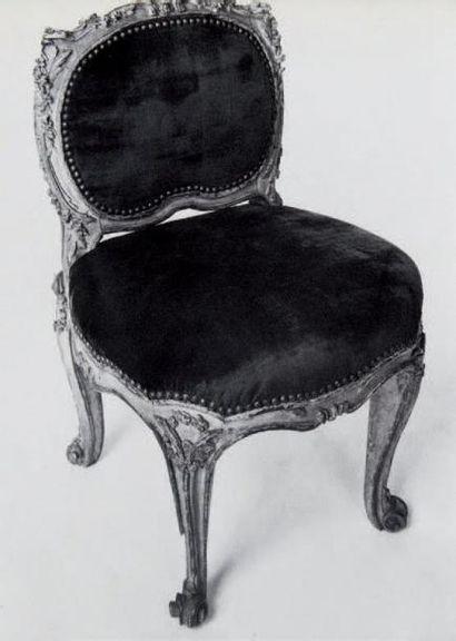 Chaise en bois mouluré, sculpté et doré à décor feuillagé, à dossier bas richement...