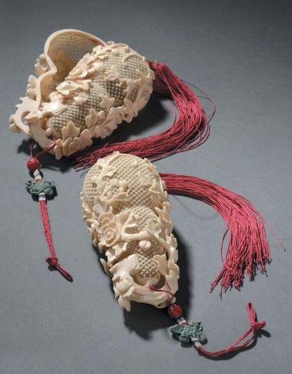 Paire de diffuseurs à parfum en ivoire sculpté...