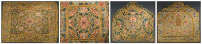 Quatre housses de coussin impériales en soie...