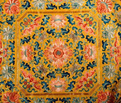 Quatre housses de coussin impériales en soie brodée Chine, dynastie Qing, fin de...